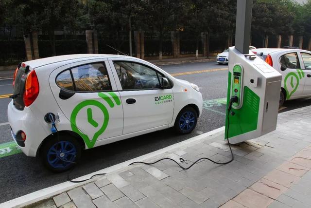 开一年纯电车能比燃油车省出几个钱?来给你算一笔账