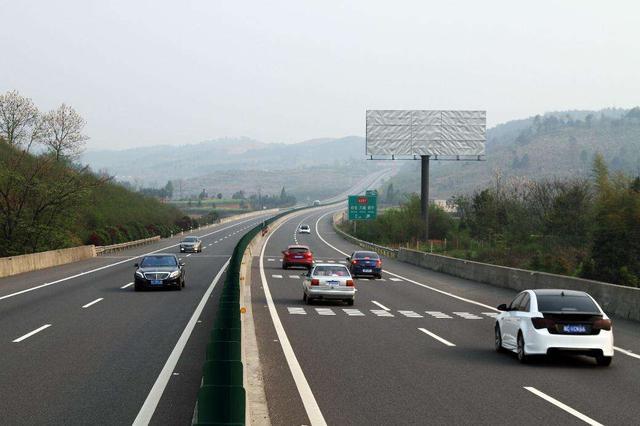 高速上车速达到120,不小心按到电子手刹,会有什么后果?