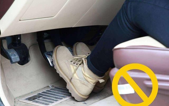 汽车启动后挂入D档,然后同时把油门与刹车踩到底,汽车会怎样?